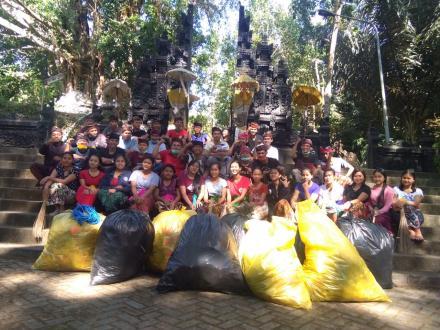 Sekaa Truna Eka Giri Kusuma Desa Pakraman Tajun Bersih Sampah Plastik di Pura Pucak Sinunggal