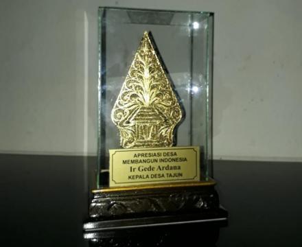 Perbekel Tajun Raih Penghargaan Tokoh Inspiratif Perintis BUMDesa dari Kemendes PDTT