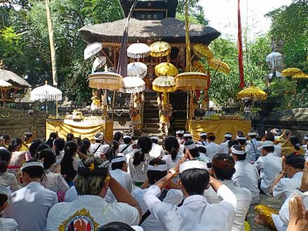 Hari Raya Saraswati, Pura Pucak Sinunggal Dipadati Para Siswa