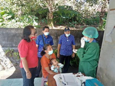 Perbekel Tajun beserta Ibuk Mekel Kunjungin Kegiatan Posyandu Anggrek di Banjar Dinas Bakungan